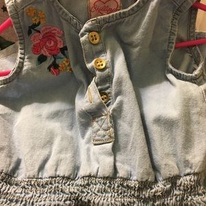 🌺Girls 5/6 ldenim dress with embroidered flowers